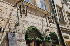 Facciata di vecchia costruzione con le lanterne d'annata sulla parete Fotografie Stock