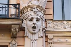 Facciata di vecchia costruzione con le sculture - la donna si dirige nello stile Jugendstil di Art Nouveau Immagini Stock