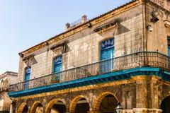 Facciata di vecchia costruzione dal quadrato della cattedrale a Avana, Cuba fotografia stock