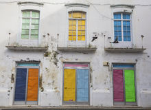 Facciata di vecchie case portoghesi con le porte variopinte Fotografia Stock Libera da Diritti