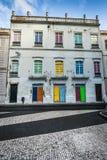 Facciata di vecchie case portoghesi con le porte variopinte ed il vento Fotografie Stock Libere da Diritti