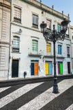 Facciata di vecchie case portoghesi con le porte variopinte ed il vento Immagine Stock Libera da Diritti