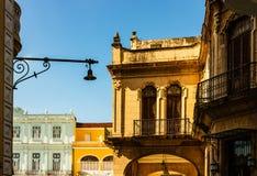 Facciata di vecchie costruzioni coloniali dal quadrato centrale a Avana, Cuba immagine stock
