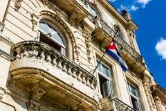 Facciata di vecchie costruzioni coloniali dal quadrato centrale a Avana, Cuba fotografia stock