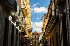 Facciata di vecchie costruzioni coloniali dal quadrato centrale a Avana, Cuba fotografia stock libera da diritti
