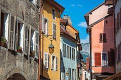 Facciata di vecchie e costruzioni variopinte con le finestre a Annecy Immagini Stock Libere da Diritti