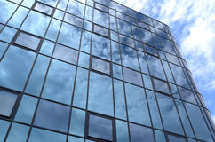 Facciata di vetro di un edificio per uffici. Fotografie Stock Libere da Diritti