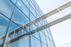 Facciata di vetro e riflessione, exteri moderno della costruzione di architettura Immagini Stock Libere da Diritti