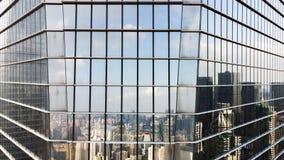 Facciata di vetro e riflessione di orizzonte della città moderna immagini stock
