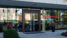Facciata di vetro di un edificio per uffici moderno con il logo di Walgreens Rappresentazione editoriale 3D Fotografia Stock