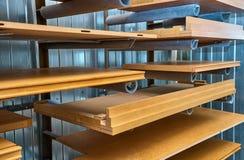 Facciata e scaffali di legno della mobilia laccato Dettaglia la produzione del legno Immagine Stock