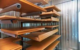 Facciata e scaffali di legno della mobilia laccato Dettaglia la produzione del legno Fotografia Stock