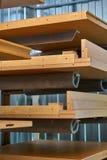 Facciata e scaffali di legno della mobilia laccato Dettaglia la produzione del legno Fotografia Stock Libera da Diritti