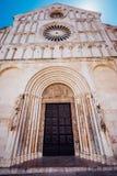 Facciata ed entrata anteriore della chiesa della st Anastasia in Zadar, Croazia immagini stock libere da diritti