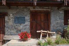 Facciata ed entrata di pietra della casa Fotografia Stock