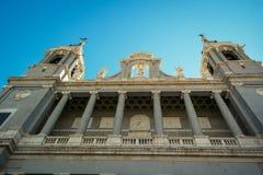 Facciata esteriore della cattedrale di Almudena Fotografie Stock