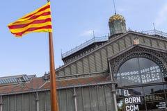 Facciata esteriore e bandiera catalana, entrata del centro culturale e commemorativo sopportato EL, spazio culturale, alloggiato  Fotografie Stock Libere da Diritti