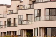Facciata esterna della costruzione moderna della palazzina di appartamenti Fotografia Stock Libera da Diritti