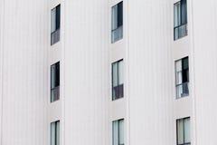 Facciata esterna della costruzione moderna della palazzina di appartamenti Immagine Stock Libera da Diritti