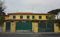 Facciata esterna di una casa costruita in Italia casa italiana sconosciuta Porte e finestre fotografia stock