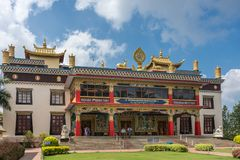 Facciata 0f Vihara del monastero buddista di Namdroling, Coorg India Immagini Stock Libere da Diritti