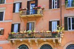 Facciata floreale romana del balcone Fotografie Stock