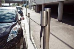 Facciata frontale dell'energia di caricamento dell'automobile immagine stock libera da diritti