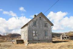 Facciata frontale della casa del Lofoten abbandonato Fotografia Stock