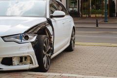 Facciata frontale di danno a sinistra dell'automobile fotografie stock libere da diritti