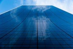Facciata fronteggiata di vetro curva su edificio alto vicino al Central Park in New York - a colori - principalmente blu fotografia stock libera da diritti
