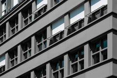 Facciata grigia della costruzione - esterno del condominio Fotografia Stock Libera da Diritti