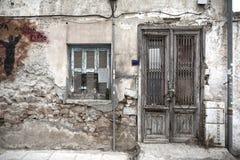 Facciata Grungy di vecchia casa a Atene fotografia stock