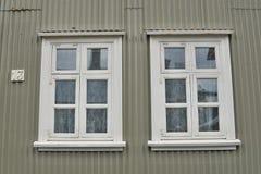 Facciata islandese tipica della casa nel colore grigio fatto di ferro ondulato e con le finestre di legno bianche a Reykjavik Immagini Stock Libere da Diritti