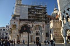 Facciata laterale della cattedrale di St Mark nel quadrato di St Mark al tramonto a Venezia Viaggio, feste, architettura 28 marzo immagini stock
