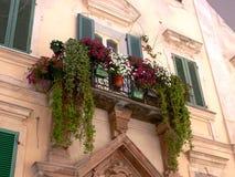 Facciata Mediterranea della casa con la grande decorazione floreale fotografia stock