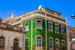 Facciata Mediterranea della casa con le mattonelle verdi fotografie stock libere da diritti