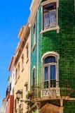 Facciata Mediterranea della casa con le mattonelle verdi e le finestre bianche fotografia stock libera da diritti