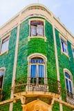 Facciata Mediterranea della casa con le mattonelle verdi e le finestre bianche immagine stock
