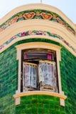 Facciata Mediterranea della casa con le mattonelle verdi e le finestre bianche fotografia stock