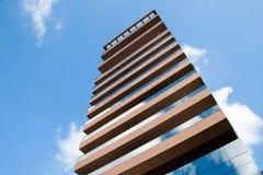 Facciata moderna dell'edificio residenziale con i terrazzi fotografia stock libera da diritti