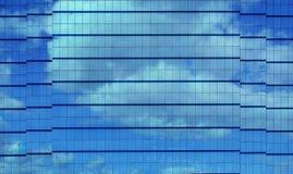 Facciata moderna della costruzione con la riflessione delle nuvole e del cielo Fotografia Stock Libera da Diritti