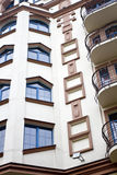 Facciata moderna della costruzione con le finestre ed i balconi Fotografia Stock