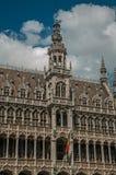 Facciata pienamente decorata nello stile gotico del museo della città di Bruxelles e della bandiera belga, a Grand Place fotografia stock