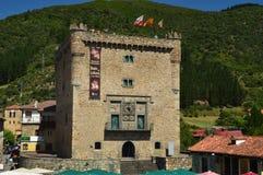 Facciata principale della torre di Infantado nella villa De Potes Natura, architettura, storia, viaggio fotografia stock