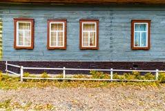 Facciata di una casa rustica fotografia stock immagine for Illuminazione rustica della cabina