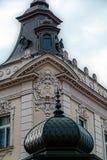 Facciata su costruzione classica con gli ornamenti e sculptures-3 Fotografia Stock Libera da Diritti
