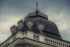 Facciata su costruzione classica con gli ornamenti e sculptures-4 Immagini Stock Libere da Diritti