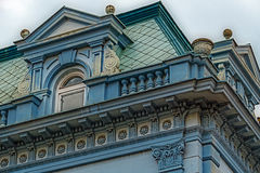 Facciata su costruzione classica con gli ornamenti e sculptures-5 Fotografia Stock Libera da Diritti