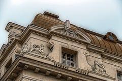 Facciata su costruzione classica con gli ornamenti e sculptures-7 Fotografia Stock