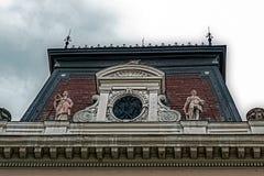 Facciata su costruzione classica con gli ornamenti e sculptures-6 Fotografia Stock